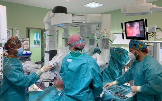 El Hospital Virgen de la Victoria interviene con éxito a más de un centenar de p