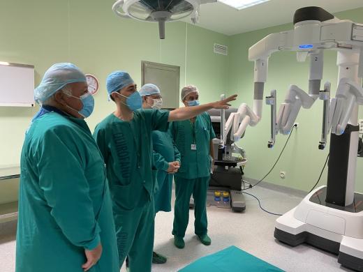 El Hospital Virgen de la Victoria incorpora un robot quirúrgico Da Vinci que rea