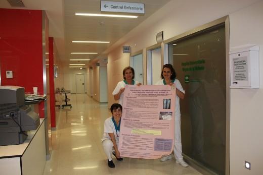 Enfermeras de la unidad de Traumatología mostrando el trabajo premiado