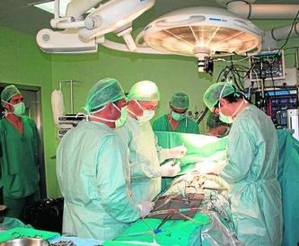 Cirujanos cardiacos, ayer, durante una de las intervenciones
