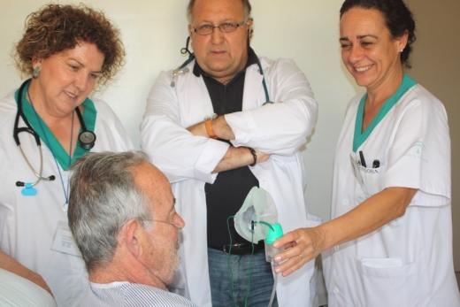 Enseñan a un paciente con enfermedad pulmonar crónica a utilizar un equipo