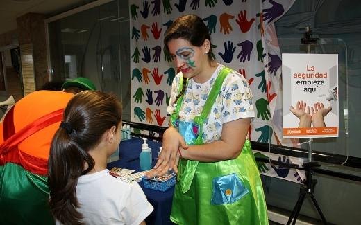 ACAE-Payasos Caramba muestran la técnica correcta del lavado de manos
