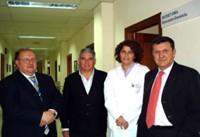 El director Gerente junto a la directora médica y cirujanos del Servicio