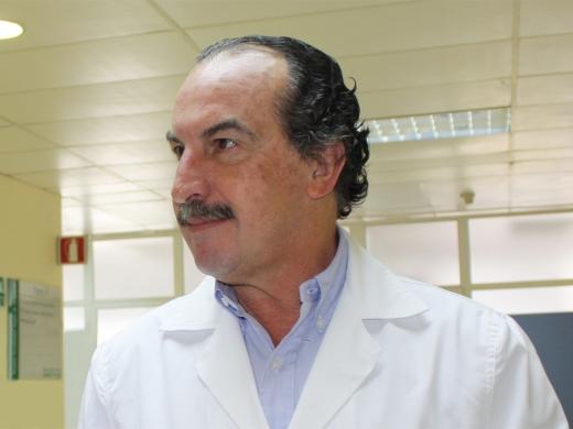 El Dr. Eduardo Rosell Vergara en las instalaciones del hospital