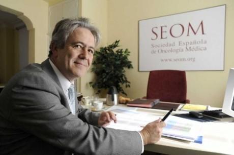 Emilio Alba es jefe del servicio de Oncología Médica del Hospital Universitario