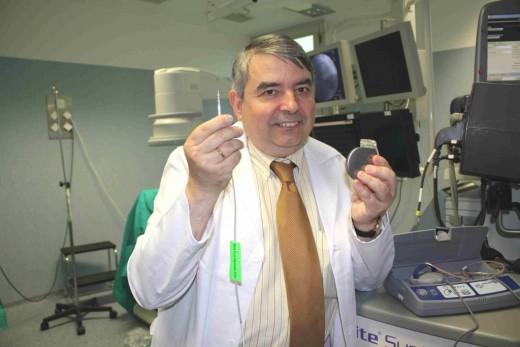 El doctor Javier Alzueta muestra un desfibrilador implantable
