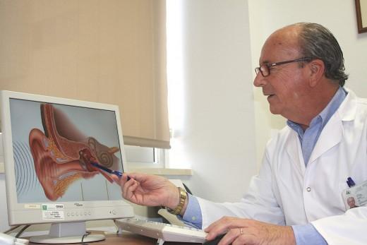 El doctor Rodríguez Baró señala un implante que sirve para recuperar audición