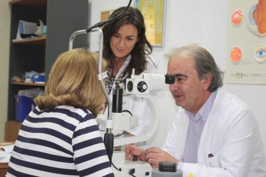El doctor García Campos revisa la visión de una paciente en consulta