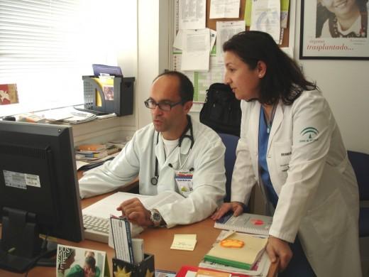 Los doctores Domingo Daga y Margarita Carballo en la Unidad de Transplantes