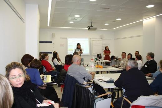 Pacientes, cuidadores y profesionales en una sesión formativa
