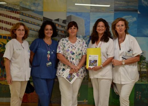 Profesionales del Hospital Materno Infantil con la Guía de Usuarios de Pediatría
