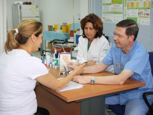 Profesionales de Enfermería atienden a una paciente en el hospital de Día