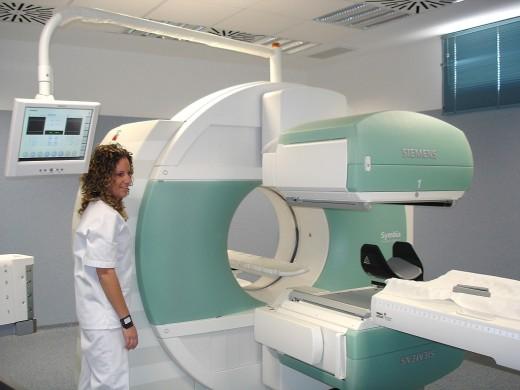 Una trabajadora del Servicio de Medicina Nuclear del Hospital