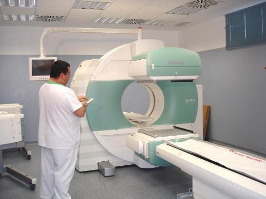 Un trabajador del Servicio de Medicina Nuclear del Hospital trabaja con la gamma