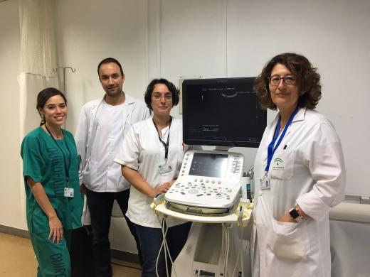 Profesionales de Diagnóstico por la Imagen junto a uno de los nuevos ecógrafos