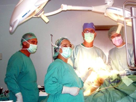Equipo de profesionales de los quirófanos de cirugía ortopédica y traumatológica
