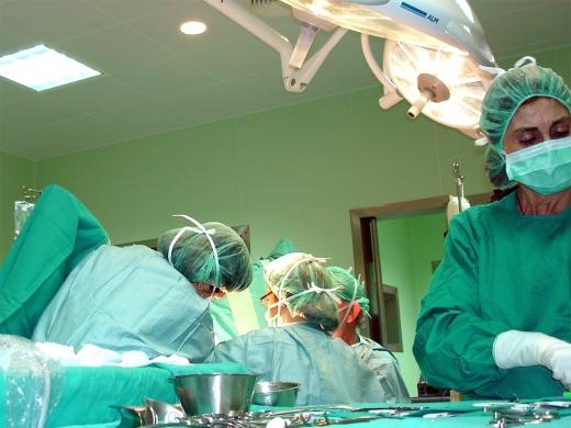 Profesionales del quirófano de urología durante una intervención