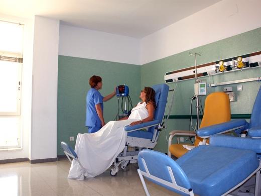 Una paciente se recupera en el hospital de día de la Unidad de Corazón