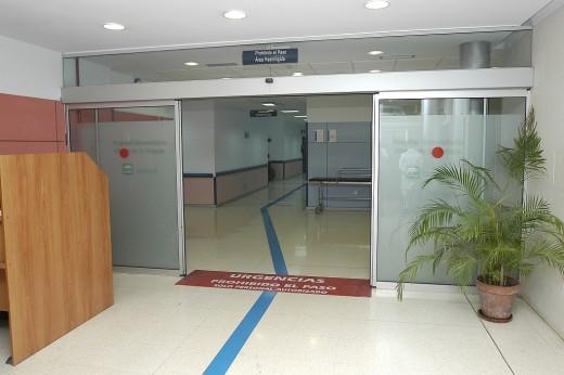 Puerta de entrada a las Urgencias del Hospital Virgen de la Victoria