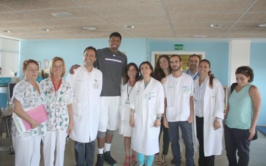 Visita del jugador de la NBA Ray Gay al Hospital Materno Infantil de Málaga