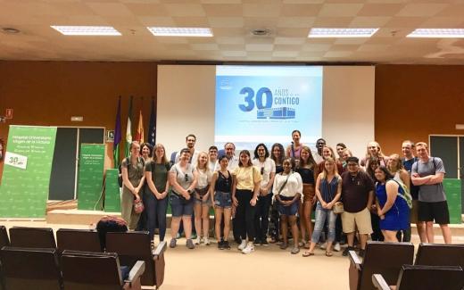 Estudiantes estadounidenses visitan el Hospital Virgen de la Victoria