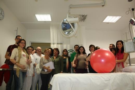 Grupo de visitantes en las habitaciones-paritorios del hospital