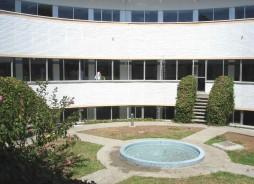 Centro Periférico de Especialidades San José Obrero (patio interior)