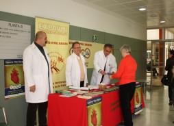 Voluntarios de la Asociación EXPAUMI en una mesa informativa